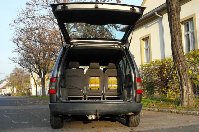 Öt üléssel furgonnyi a csomagtér, kb egy köbméter