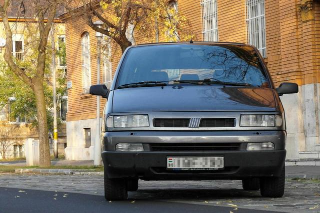 Ez az eredeti külső, a facelift előtti orrésszel.  Nem mindegyik ilyen, a Lancia például krómmaszkos.