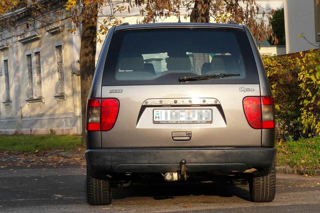 Ugyan nagyon hasonlítanak, de valójában az összes márka alatt másképp néz ki a hátulja, nekem a Peugeot 806-é tetszik a legjobban