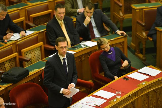 Varga Mihály az Országgyűlés plenáris ülésén, 2013. november 18-án.