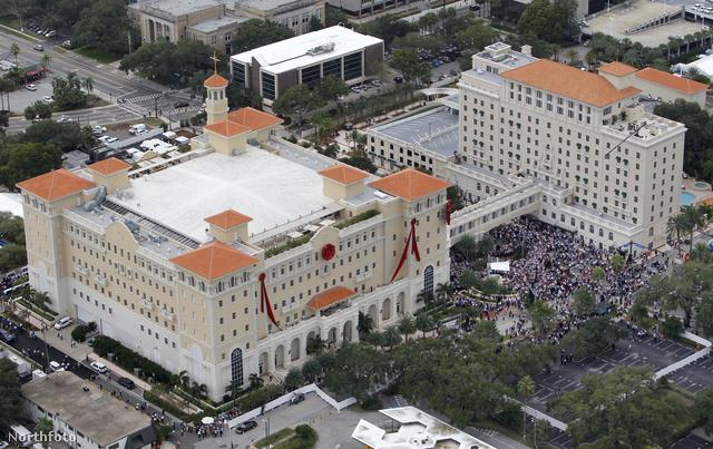 145 millió dollárba (31 892 025 000 forint meg az apró) került a szcientológusoknak az az épület, amit hétvégén avatott fel számos közismert szcientológus, köztük Tom Cruise, Elizabeth Moss, Kelly Preston és John Travolta. Az új épületben szuperképességű szcientológusokat szabnak szépre szapora szalagon.