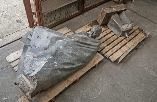 Radnóti Miklós összetört szobra a győri városüzemeltetési társaság telephelyének raktárában 2013. november 18-án.