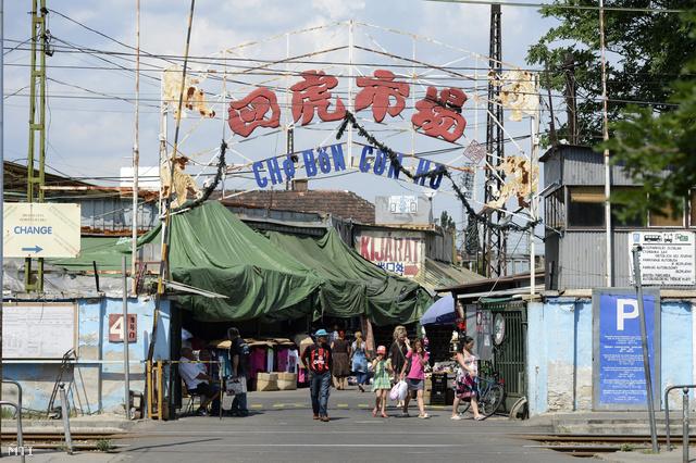A józsefvárosi piac bejárata 2013. július 5-én.