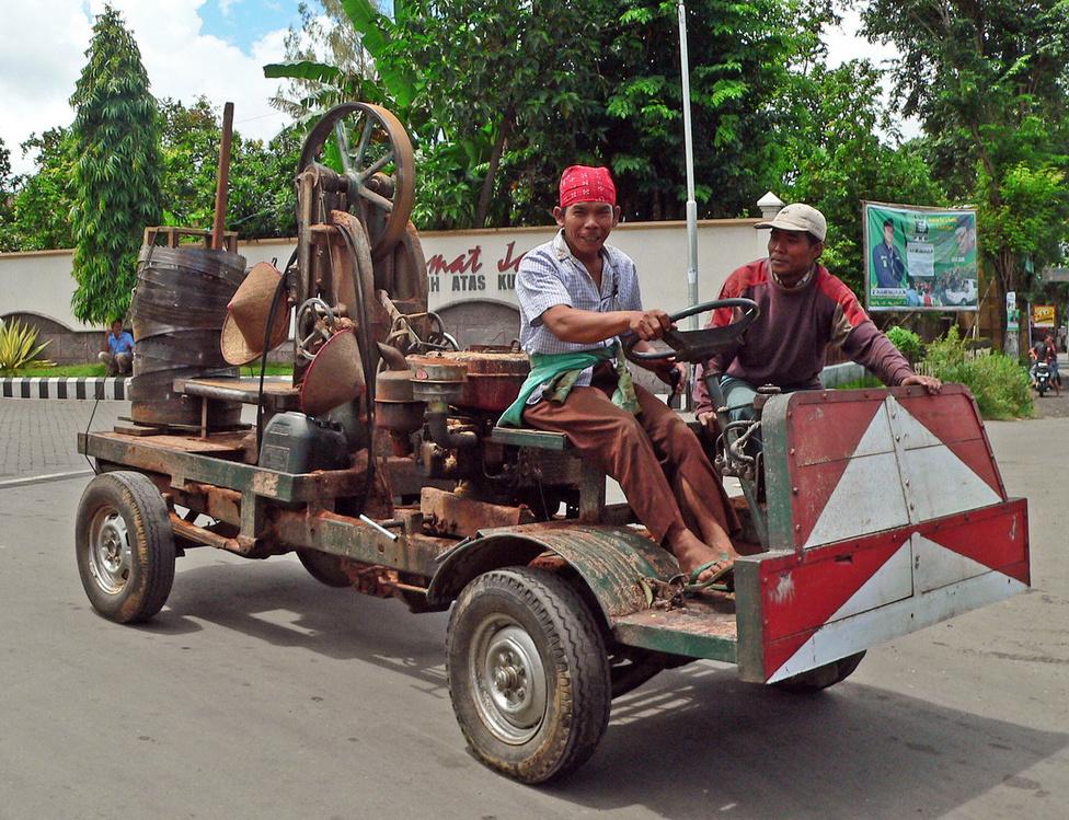 Indonéziában is virágzik a népi gépművészet, amelynek emblematikus darabja ez a szalagfűrésszel kombinált csettegő. A funkcionalitást előtérbe helyező minimalista stílus ellenére az összhatás barokkos. A járműnek nincs világítása, ami persze nem jelenti azt, hogy este nem megy sehova. A szögvasból készült, támla nélküli padon ülőket masszív homlokfal védi a frontális ütközések kellemetlen következményeitől, a közlekedés többi résztvevőit feltűnő festés figyelmezteti, hogy valami különleges közeledik, aminek jobb nem nekimenni. De nézzük a dolog komoly oldalát is: egy ilyen munkagép legalább egy család megélhetését biztosítja, nem is a legalacsonyabb szinten