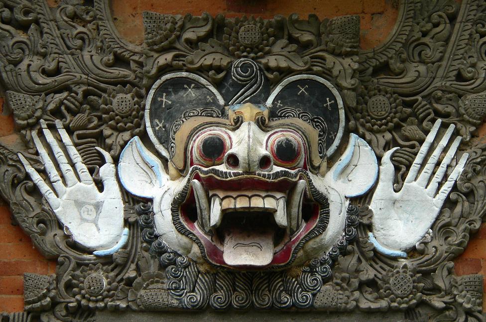 Horogkereszt a tenyéren? Igen, de mégsem. Ennek az ősi, többezer éves szimbólumnak, a szvasztikának itt teljesen más jelentése van: a jó szerencsét, a boldogságot jelképezi. Maga a szobor egy ijesztő arckifejezésű démont ábrázol, akinek az a szerepe, hogy a háztól távol tartsa a gonosz, ártó szándékú szellemeket