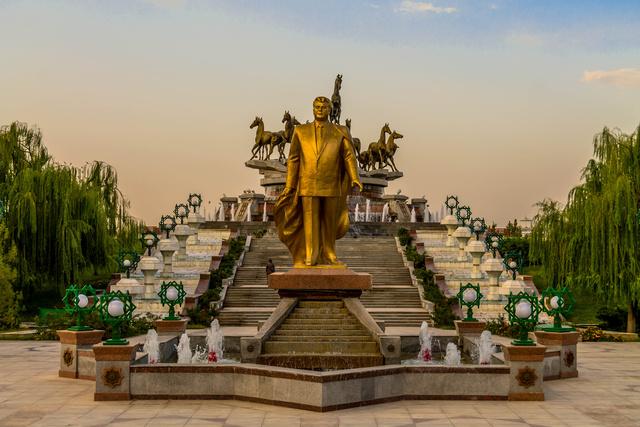 Random emlékmű Türkménbasiról
