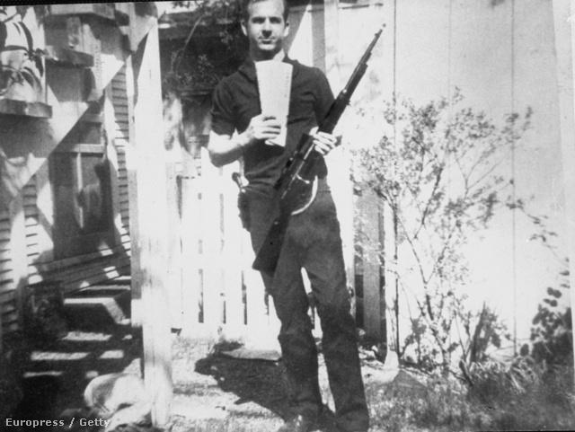 Oswald háza kertjében pózol a gyilkossághoz használt felgyverrel. Népszerű konspirációs elmélet, hogy már ez a kép is hamisítvány