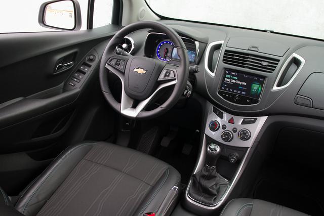Könnyű felismerni, hogy ugyanerre a vázra épül az Opel funkciója, még a kormány váza is ugyanolyan