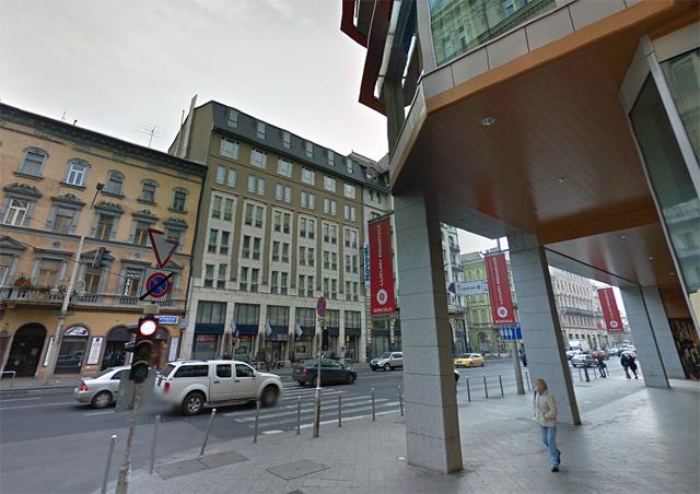 Az Osvát utca sarkán álló szálloda előtt találták a holttestet, végül negyed három körül szállították el.