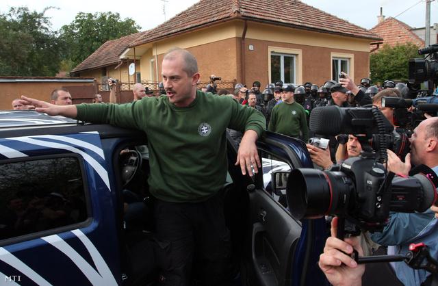Marian Kotleba, a Mi Szlovákiánk Néppárt elnöke beszél a rendőrsorfal előtt Krasznahorkaváralján, ahol meghirdette a részben a tulajdonába került telken álló illegális viskók eltávolítását a településen található illegális romatelepen 2012. szeptember 29-én.