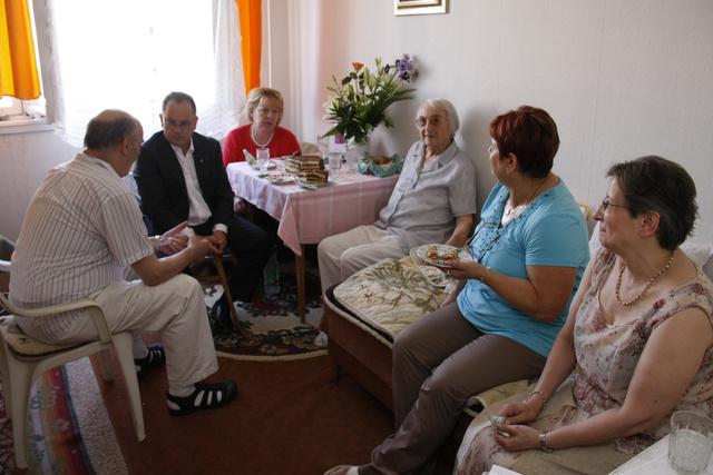Bús Balázs polgármester figyelmesen hallgat egy szülinapi partin.