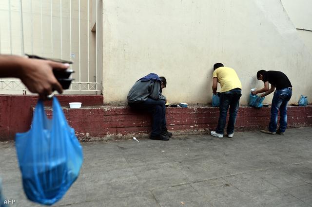 Ételosztás a rászorulóknak Athénban.