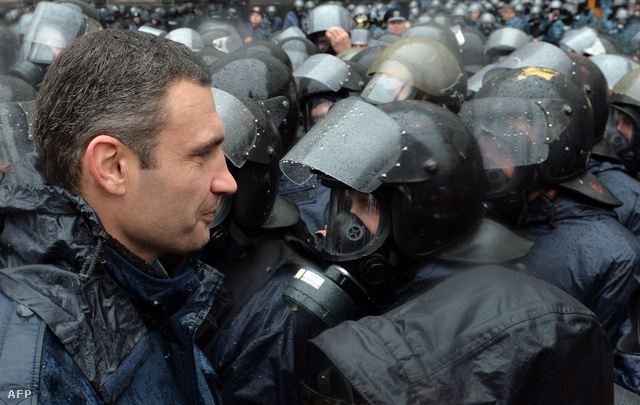 Vitalij Klicsko szemközt a rohamrendőrökkel