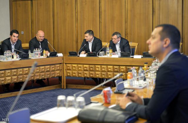 Kocsis Máté (Fidesz) Móring József Attila (KDNP) Csampa Zsolt alelnök (Fidesz) Mile Lajos elnök (LMP) és Molnár Zsolt (MSZP) a testület tagjai (b-j) Szilvásy György volt titkosszolgálati miniszter meghallgatásán.