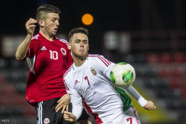 Radó András (7) és Klodian Gjino (10) a labdarúgó U21-es Európa-bajnokság selejtezőjében játszott Magyarország - Albánia mérkőzésen Budapesten a Bozsik József Stadionban 2013. november 14-én. A találkozót az albán válogatott 2-0-ra megnyerte.