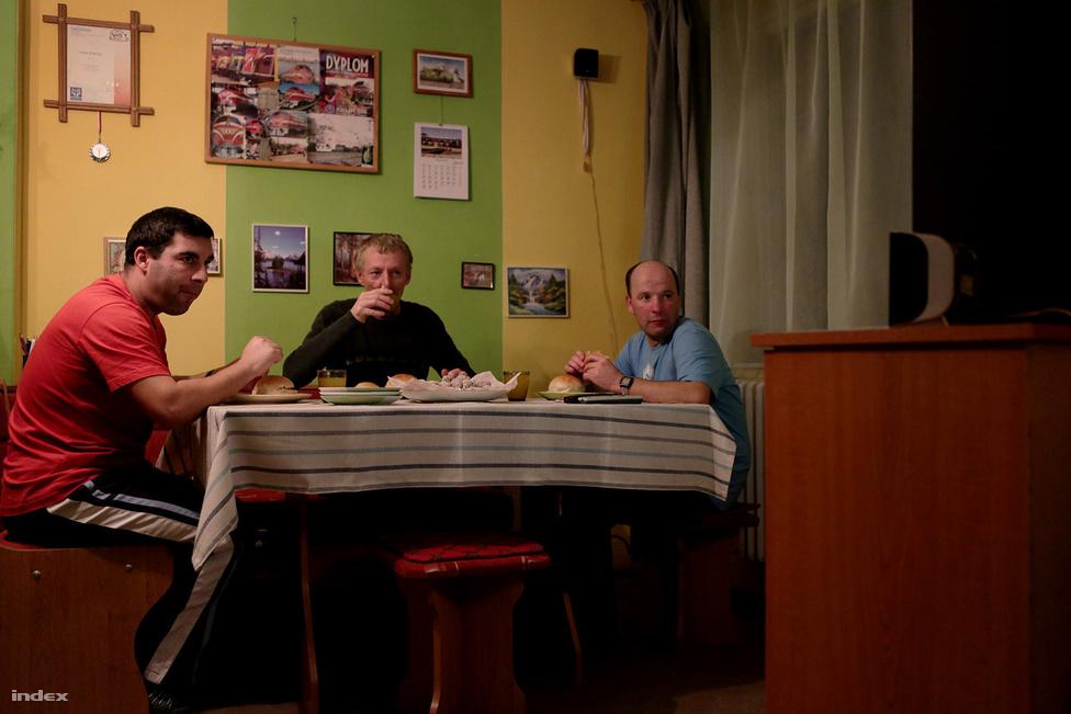 2012-ben az Új Széchenyi Terv Társadalmi Infrastruktúra Operatív Program (TIOP) keretében a kormány hat nagy intézmény kitagolására hatmilliárd forintot irányzott elő, ráadásul az Európai Unió által biztosított összegre önrész nélkül lehet pályázni. A pályázattal a kormány 2013. december 31-éig legalább 1500 fő fogyatékos és pszichiátriai beteg személynek ellátást nyújtó intézményi férőhely kiváltását célozta meg.