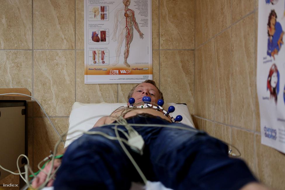 Délután mindhárman rutin orvosi vizsgálaton vesznek részt, Györgynél gyanús szívzörejek miatt további vizsgálatokat rendelnek el. A közös orvosi vizsgálat után bevásárolni indulnak.
