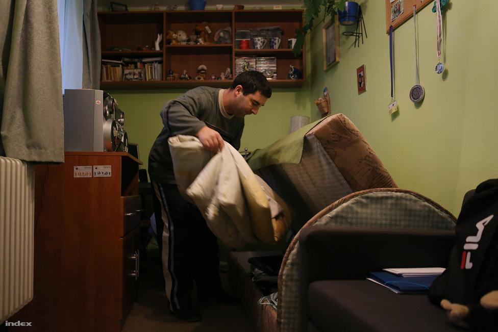 Kitagolásnak nevezik azt az folyamatot, ami az utóbbi évtizedekben egész Európában és a nyugati világban zajlik, amikor az elzárt, településszéli, bentlakásos tömegintézményekből önálló lakásokba vagy kisebb, maximum huszonöt fős – de egyre inkább legfeljebb öt-hat fős – lakásokba, lakóotthonokba költöztetik a fogyatékosokat, azzal a céllal, hogy minél inkább a társadalom teljes jogú tagjaiként élhessenek. Magyarországon legutóbb akkor lehetett a kitagolásról hallani, amikor Szilvásvárad képviselő-testülete egyhangúlag úgy döntött, hogy a településen nem lát szívesen fogyatékkal élőket, akik egy közeli bentlakásos intézményből költöztek volna a városba. A  képviselők ellenállását követő botrány hatására aztán valamennyire meggondolták magukat, igaz, az  eredeti tervekhez képest éppen feleannyi lakóingatlant engedélyeztek.                          A kitagolás elvének lényege a lakók lehetőségeihez mérten a lehető legönállóbb élet, egyéni döntések támogatása. György, József és Zoltán életét az ÉFOÉSZ (Értelmi fogyatékossággal élők és segítőik országos érdekvédelmi szövetsége) változtatta meg, amikor 2011-ben a Tapolcától pár kilométerre lévő Lesencetomajról a belvárosi lakásba költöztették őket. Azóta is folyamatosan, napi szinten segítik őket, például a nagybevásárlásokban, bonyolultabb fogások elkészítésében, illetve bármiben, amit csak szeretnének. Néhány praktikus életvezetési segítségen kívül a férfiak a tapolcai önkormányzat által rendelkezésükre bocsátott, közös lakásukban mindent maguk intéznek.