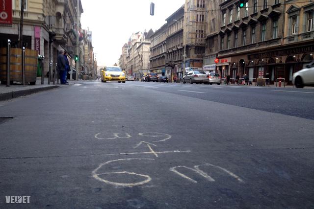 A Blaha Lujza téri szálloda előtti aszfaltút, helyszínelés után