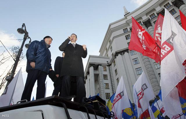 Vitalij Klicsko felszólal az Ukrajna európai integrációjának leállítása miatti tiltakozáson a kijevi minisztertanács épülete előtt 2013. november 27-én.