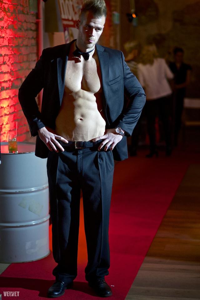 Elegáns-szexi férfimodell a vendégek örömére