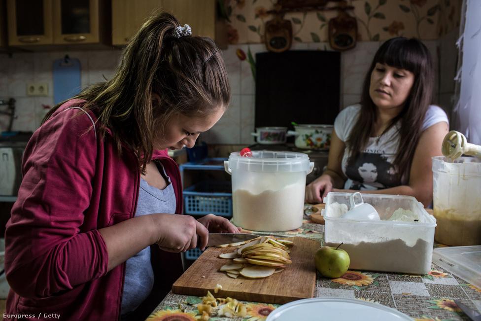A gyógyuló fiatal drogfüggő nők almás pite sütésével ütik el az időt a központban, amit később lakótársaikkal közösen fogyasztanak el.