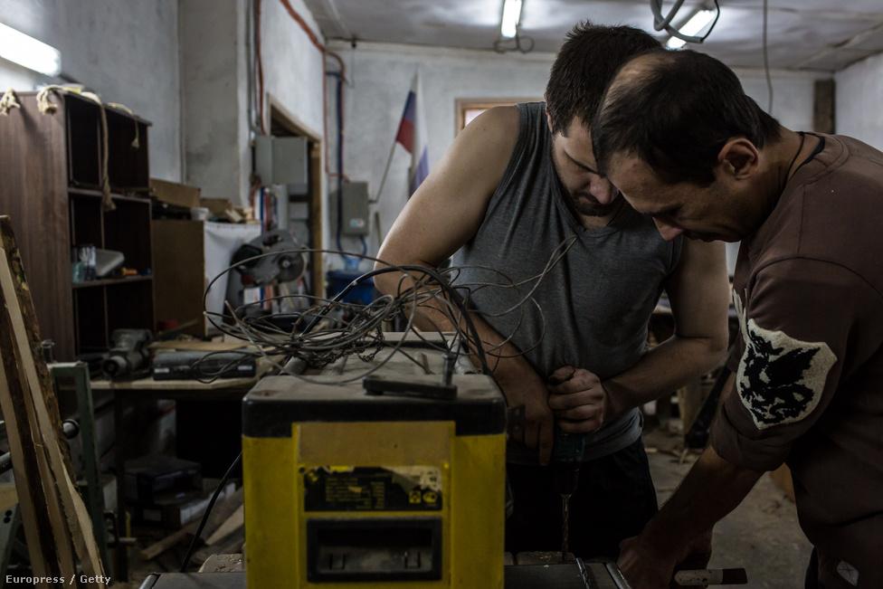 Roman és Mihail az egyik központ műhelyében teszik hasznossá magukat a rehab ideje alatt.