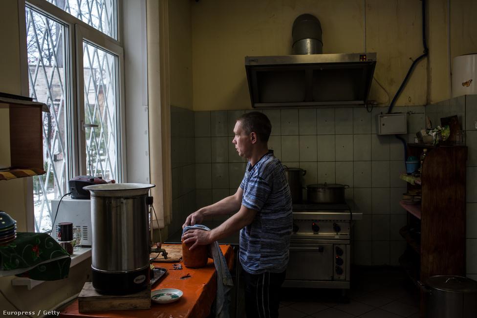 Andrej korábban drogfüggő volt, most tiszta, és ő főz a Város drogok nélkül egyik központjának lakóira. Jekatyerinburgban közel másfél millióan laknak, a város az Ural közelében, az Európát és Ázsiát összekötő drogfolyosók kellős közepén található. A UCLG nagyvárosokat összefogó nemzetközi ernyőszervezet adatai szerint a jekatyerinburgi drogprobléma főként a tinédzser lakosságot sújtja. A Város drogok nélkül működése előtt főként az iskolákban portyáztak a dílerek, akik gyakran árlistákat helyeztek el nyilvános hirdetőtáblákon. Gyakorlatilag nem volt olyan tinédzser, akinek ne tudott volna játszi könnyedséggel kemény drogokhoz jutni jutányos áron. A szervezet tagjai azzal érvelnek, hogy a békés drogprevenciós módszerek nem hatottak a városban, a Város drogok nélkül aktivistái ezért nyúltak az agresszívabb eszközökhöz, ami a dílerek megfélemlítésén, megverésén, a függők olykor erőszakos leszoktatásán alapul.