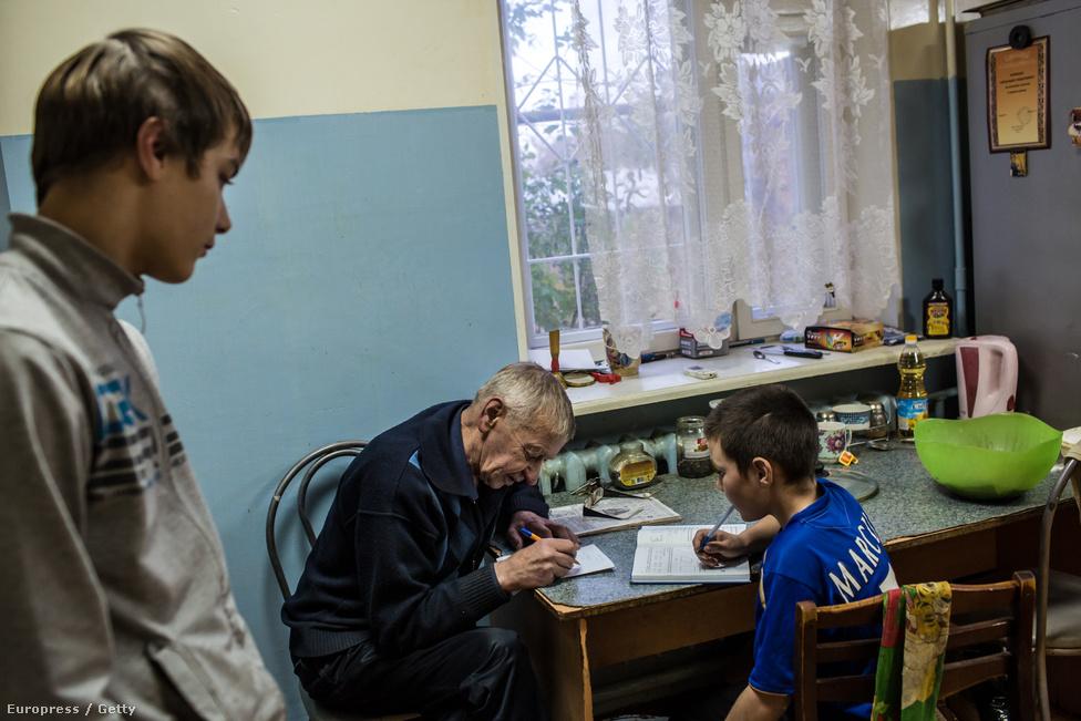 Alekszander Fjodorovics egy olyan központban dolgozik, ahová a veszélyeztetett kiskamaszokat gyűjtik össze – elvileg a szülők tudtával – a program aktivistái a városból. Vannak közöttük drogfüggők is, itt azonban csak akkor maradhatnak, ha tanulnak, és ehhez minden segítséget meg is kapnak a Város drogok nélkül munkatársaitól, például Alekszandertől is. A szervezet öt otthont tart fenn, ebből három férfiakat, egy nőket és egy gyermekeket igyekszik megszabadítani a drogfüggőségtől gyógyszermentes módszerekkel.