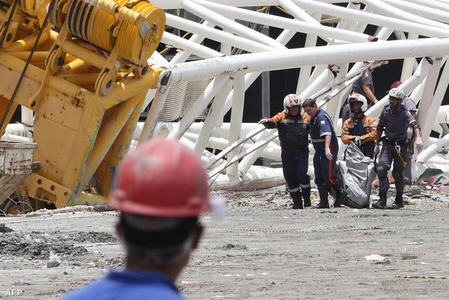 Három munkás halt meg, amikor az Arena Corinthians stadion egyik daruja eldőlt, és magával sodorta a lelátó egy részét is.