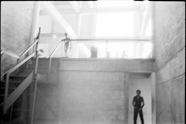 """Shadows in the Light / Árnyak a fényben, 1980 - Menekültek a miami Orange Bowl stadionnál felállított táborban a Mariel boatlift (""""Szabadság Hajóraj"""") kubai menekültáradat beáramlása után"""