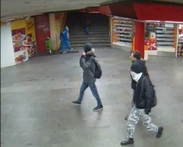 A képen látható fiatalokat keresi a rendőrség