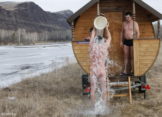 Mobil fürdőállomásukat december elsején a szibériai Krasnoyarsktól mintegy 460 kilométerre délkeletre állították le.