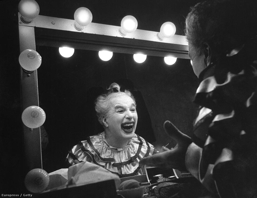 Charlie Chaplin grimaszol a Rivaldafény forgatásán az öltözőjében.