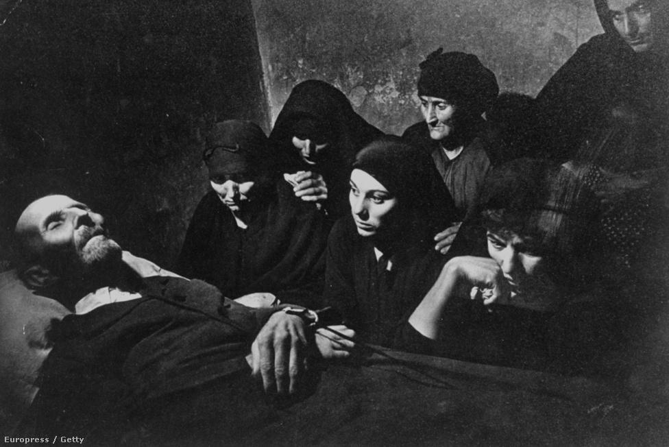 Kép a Spanyol falu sorozatból: 1951-ben dolgozta fel az Franco-i diktatúra elmaradott spanyol faluját, Deleitosát. A képen egy falubéli halottat hat nő sirat: felesége, lányai és unokái.