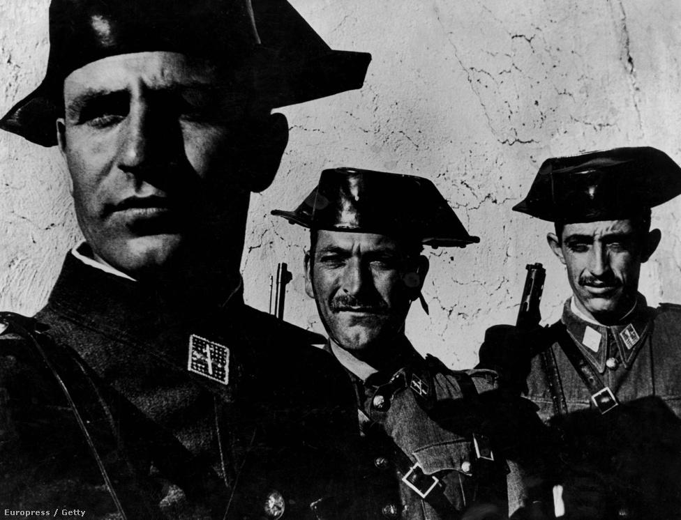 Három kemény arcú katona Franco rettegett gárdájából - a kép sokak számára egyet jelent az 1951-ben publikált Spanyol falu sorozattal, pedig Smith összesen 18, egészen más jellegű képet készített az elmaradott spanyol vidékről.