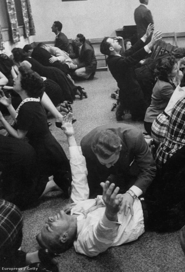 John Van Dyne imádkozik gyülekezete tagjaival együtt.