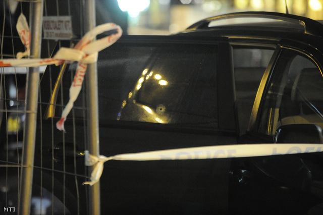 Lövedék ütötte lyuk Terrorelhárítási Központ autóján.