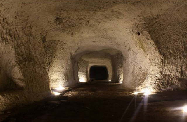 secret-labyrinth-of-tunnels-under-rome-mapped-131202-670x440