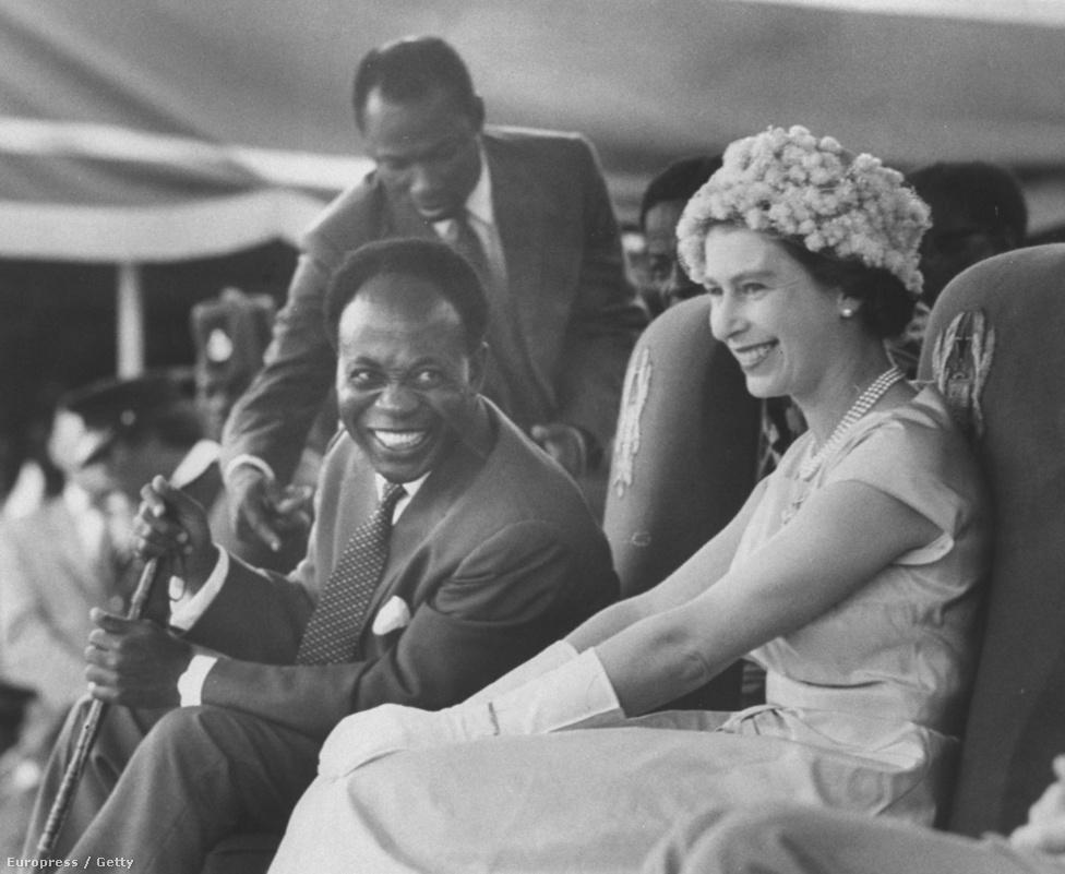 A királynő, azaz II. Erzsébet Ghánában, 1961-ben. Mellette mosolyog Kwame Nkrumah függetlenségi harcos.