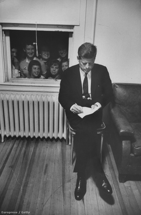A LIFE magazin legjobb fotósai kísérték végig a Kennedy-kampányt, köztük Schutzer is számtalan ikonikus képet csinált az elnökjelöltről, a kampányról, sőt még fotós kollégáiról is. Ez a kép 1960. szeptemberében készült Kennedyről, november 8-án választották meg elnöknek.