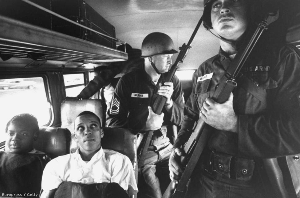 Schutzer polgárjogi munkássága 1961-ben teljesedett ki, amikor a LIFE magazin kérésére befotózta a Freedom Riders utazását. Az egyenlőséget erőszakmentes civil ellenállással követelő utazókat mindenhol atrocitások érték, ezért külön kellett őket őrizni, mint ahogyan az ezen a képen is látszik. Ez a fotó egyébként nem jelent meg a LIFE magazinban.