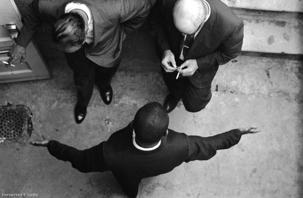 Még egy fotó a Freedom Riders-korszakból:  Abernathy tiszteletest a templom előtt hallgatják ki a nyomozók.