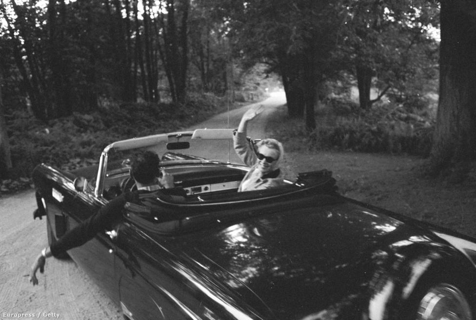 Marilyn Monroe integet. 1956 június 29-én házasodtak össze Arthur Miller drámaíróval, a mézesheteket a Roxbury nevű nyári lakban töltötték. Innen kocsikáztak ki, július 7-én ekkor kapta le őket Schutzer.