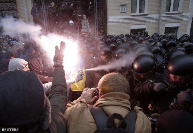 2013-12-01T144404Z 972281252 GM1E9C11R3P01 RTRMADP 3 UKRAINE-EU-