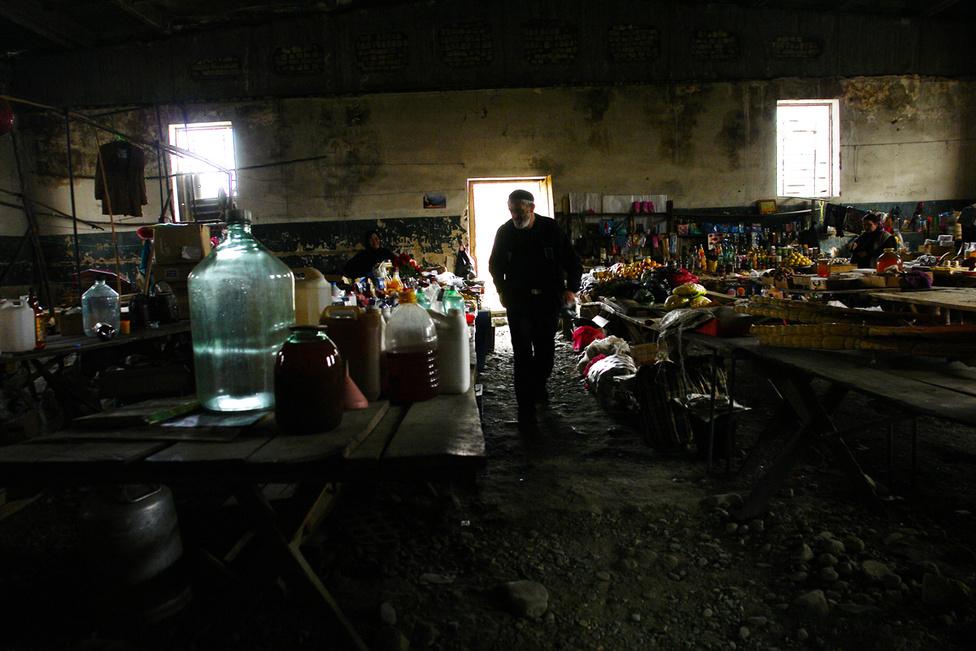 Az egyetlen stabil jövedelemforrás a havi 14 dollárnak megfelelő 22 Laris állami segély. Az összeg nem sok mindenre elég: egy kiló cukor 3, egy liter tej 2 Lariba kerül, a legközelebbi városba 1,50 Lariból lehet bejutni. A segélyt szerencsés esetben a külföldön élő rokonoktól kapott küldemények és nemzetközi adományok egészítenek ki. A gyenge élelmezés miatt sokaknak vannak súlyos gyomorbajaik, a frusztráció, az anyagi nehézségek és a tétlenség miatt még többeknek lehetnek mentális problémáik.