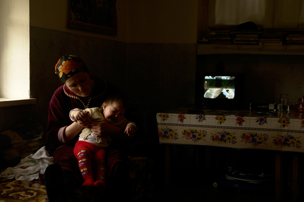 Bár eleinte azt hitték, hogy a menekültlét csak egy-két hónapig fog tartani, lassan az általános iskolát fejezik be a már itt született gyerekek. A családok harmada használaton kívüli épületekből átalakított közös szállásokon lakik, mások a falvakban kaptak üres szükséglakásokat. A többgenerációs, sokgyermekes családok sokszor egyetlen helyiségben élnek.