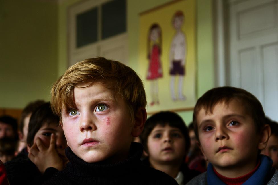 A Grúziához tartozó Pankisi-völgyben a menekülteken kívül is élnek csecsenek. Ők a kistek, őseik 200 éve érkeztek ide, utódaik úgy tudják, vérbosszú vagy a hatóságok elől kerestek menedéket. A háborús menekültek nem csak azért jöttek éppen ide, mert szót érthettek az őket barátságosan fogadó helybéliekkel, de a kis távolság miatt is: Csecsenföld közelében maradva mobilon is könnyen kapcsolatot tarthattak az otthoniakkal, a gyerekek anyanyelvükön tanulhattak az iskolában.