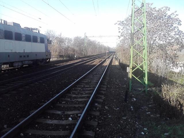 Az Avala nemzetközi gyorsvonat és a Szobra közlekedő személyvonat azonos vágányon, szemben haladtak egymással.