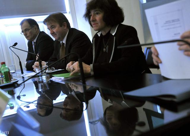Simor András az MNB korábbi elnöke, Karvalits Ferenc és Király Júlia volt alelnökök társaságában a jegybank Antall József Konferencia-központjában tartott sajtótájékoztatóján 2013. február 28-án.